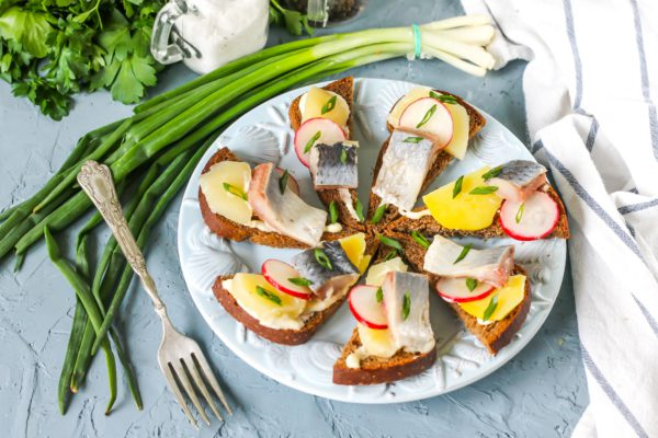 Бутерброды с сельдью и картофелем