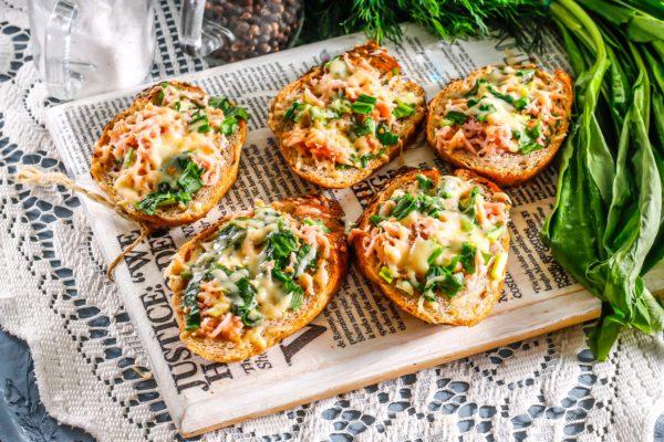Горячие бутерброды с сосисками, черемшой и сыром