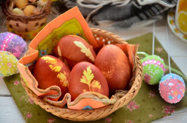 Как покрасить яйца луковой шелухой с рисунком