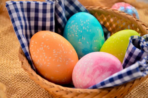 Яйца, окрашенные рисом