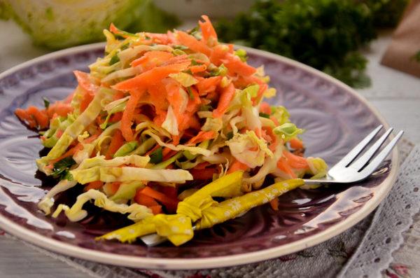 Салат из молодой капусты с морковью