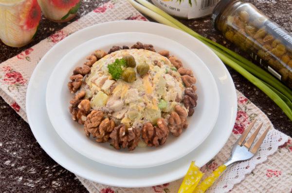 Салат с ананасами, курицей и грецкими орехами