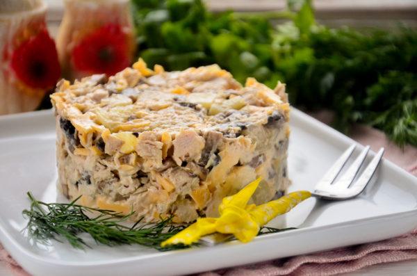 Салат с ананасами, курицей, сыром и грибами