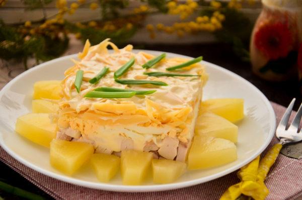 Салат с ананасами, курицей, сыром и яйцом