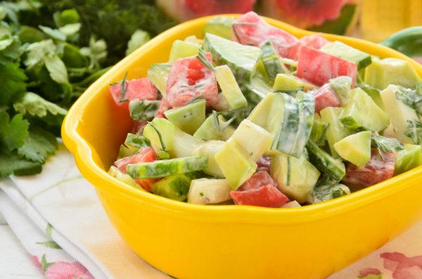 Салат с авокадо и кальмарами