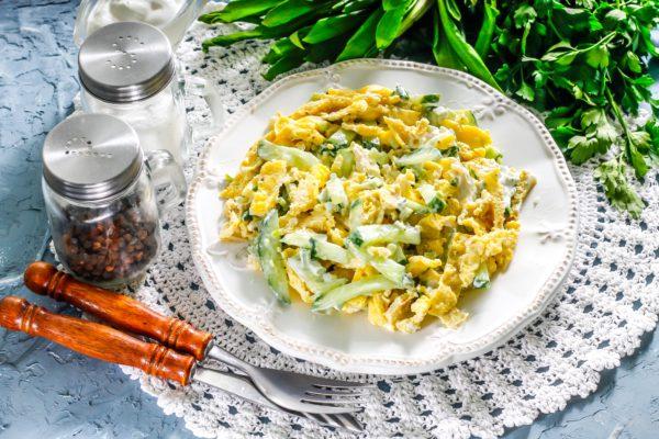 Салат с черемшой и яичными блинчиками