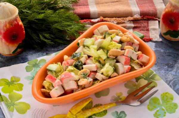 Салат с крабовыми палочками и арахисом
