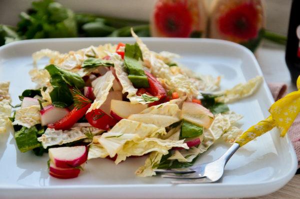 Салат с пекинской капустой, редисом и перцем