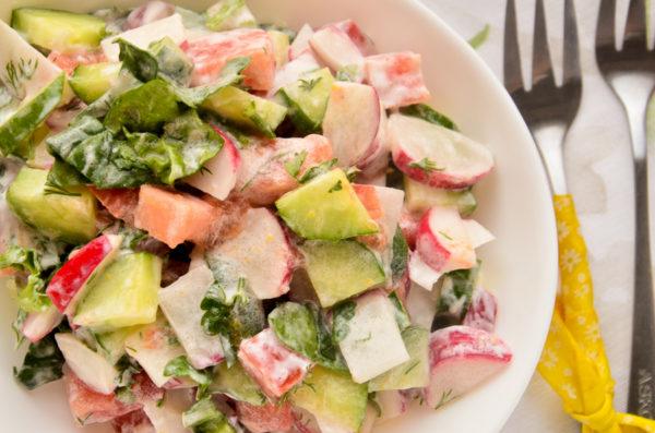 Салат с редисом, огурцом и помидором
