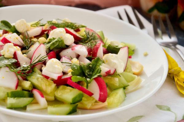 Салат с сулугуни, огурцом и редисом