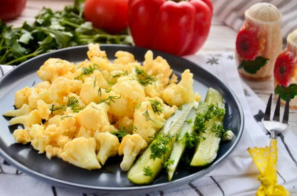 Цветная капуста, приготовленная с яйцом на сковороде