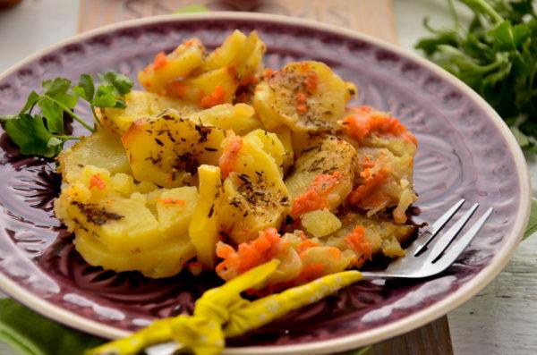 Минтай, запеченный с картофелем