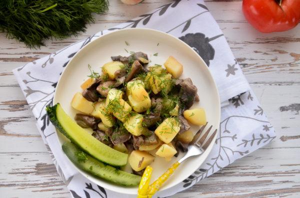 Молодой картофель с грибами на сковороде