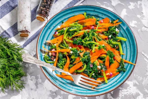 Салат из крапивы и моркови