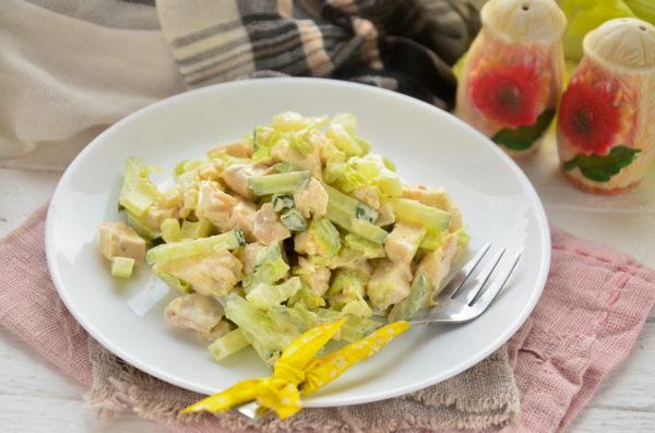 Салат из курицы с сельдереем и огурцом