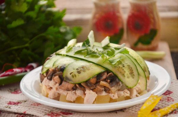 Салат с ананасами, курицей и грибами слоями