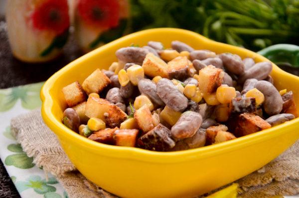 Салат с фасолью, кукурузой, чесноком и сухариками