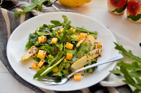 Салат с грушей, рукколой и сыром