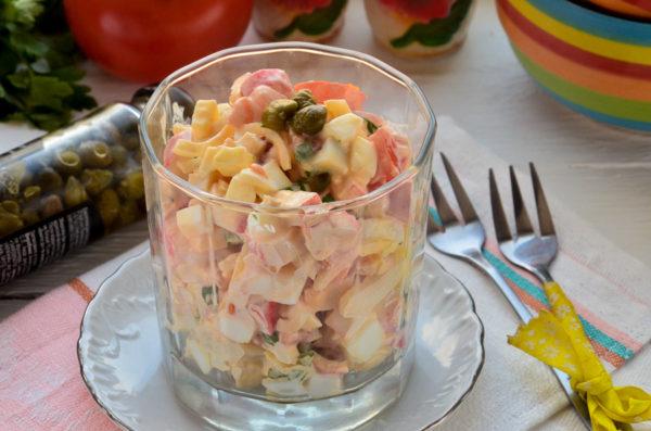 Салат с кальмарами, крабовыми палочками, яйцом и помидором
