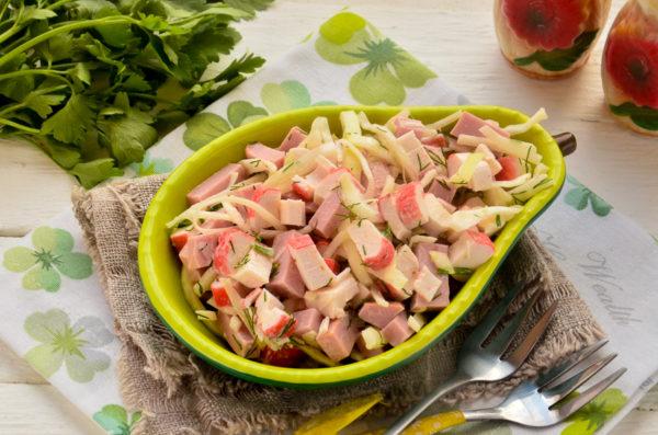 Салат с крабовыми палочками, колбасой и капустой