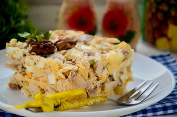 Салат с курицей, ананасом, грецким орехом, сыром, яйцом