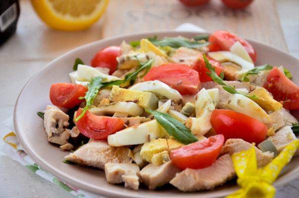 Салат с рукколой, курицей и черри