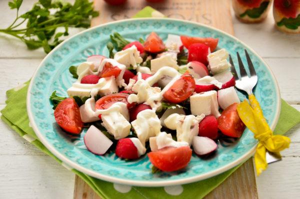 Салат с рукколой, помидорами и брынзой