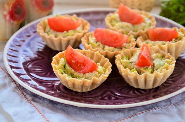 Тарталетки с авокадо и креветками
