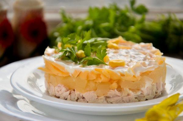 Салат с ананасами, курицей и сыром слоями
