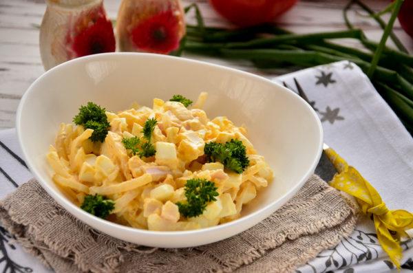 Салат с кальмарами, яйцом и луком