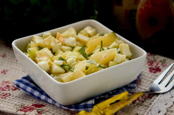 Салат с сельдереем и ананасом