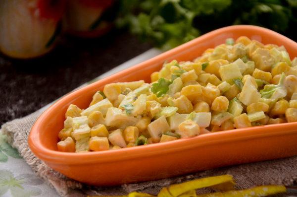 Салат с сельдереем и кукурузой