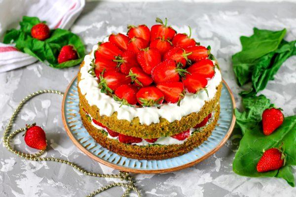 Шпинатный торт с клубникой и сливками