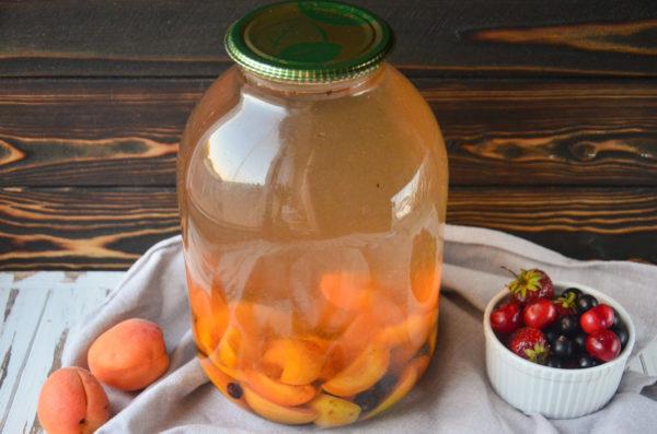 Компот из абрикосов и черной смородины