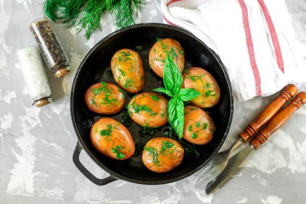 Молодой картофель, запеченный на сковороде