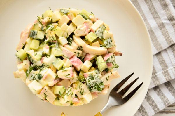 Салат с кальмарами, яйцом и крабовыми палочками