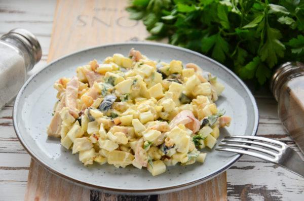 Салат с кальмарами, жареным луком и яйцом