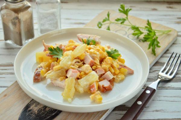 Салат с ананасами, копченой курицей, кукурузой и сыром