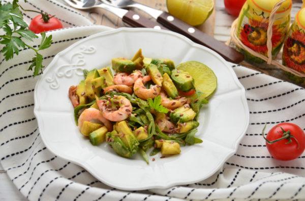 Салат с авокадо, креветками и рукколой
