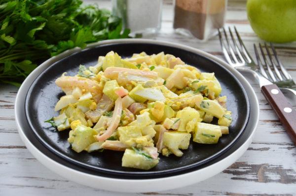 Салат с кальмаром, яблоком и яйцом