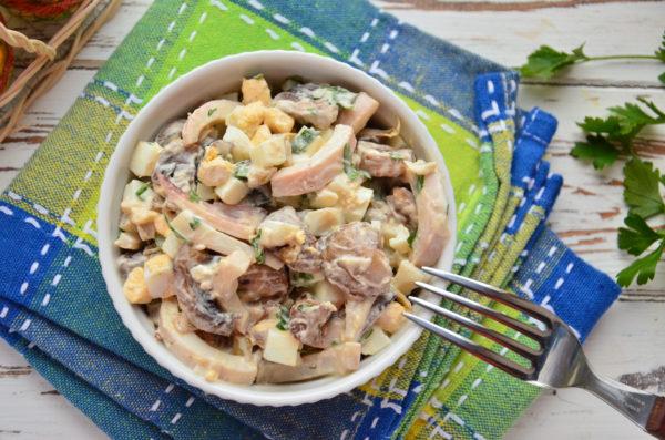 Салат с кальмарами, яйцом и грибами