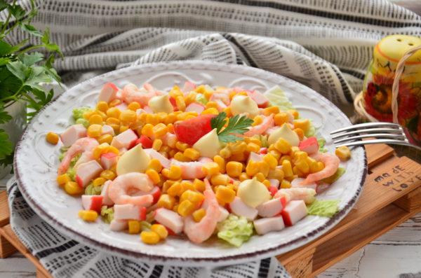 Салат с крабовыми палочками, кукурузой и креветками