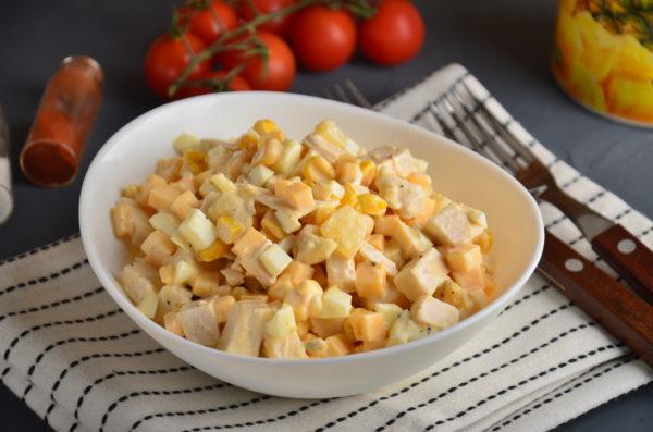 Салат с курицей, ананасом, кукурузой, сыром и яйцом