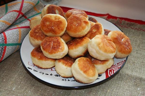 Дрожжевые пирожки с капустой на сковороде