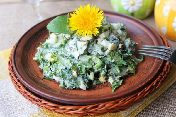 Салат с листьями одуванчика