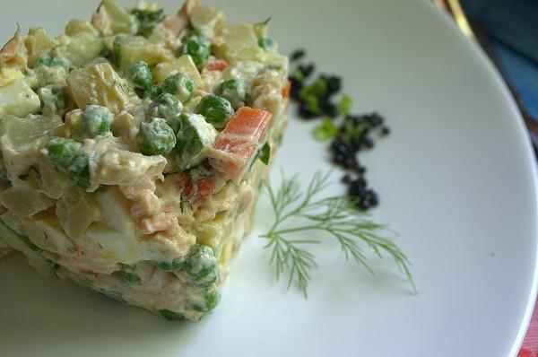 Салат с сёмгой и горошком