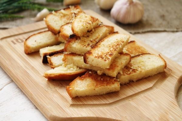 Гренки из белого хлеба с чесноком