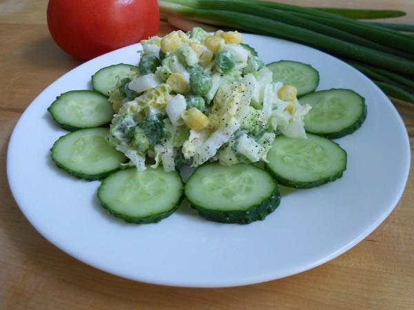 Салат из пекинской капусты, кукурузы и горошка