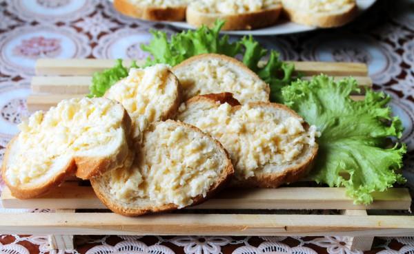 Бутерброды из белого хлеба с сыром и чесноком