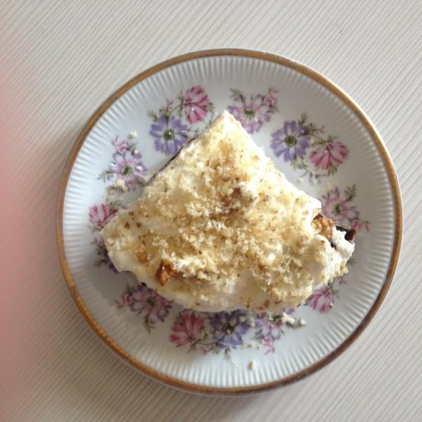 Десерт из чернослива с грецким орехом в сметане